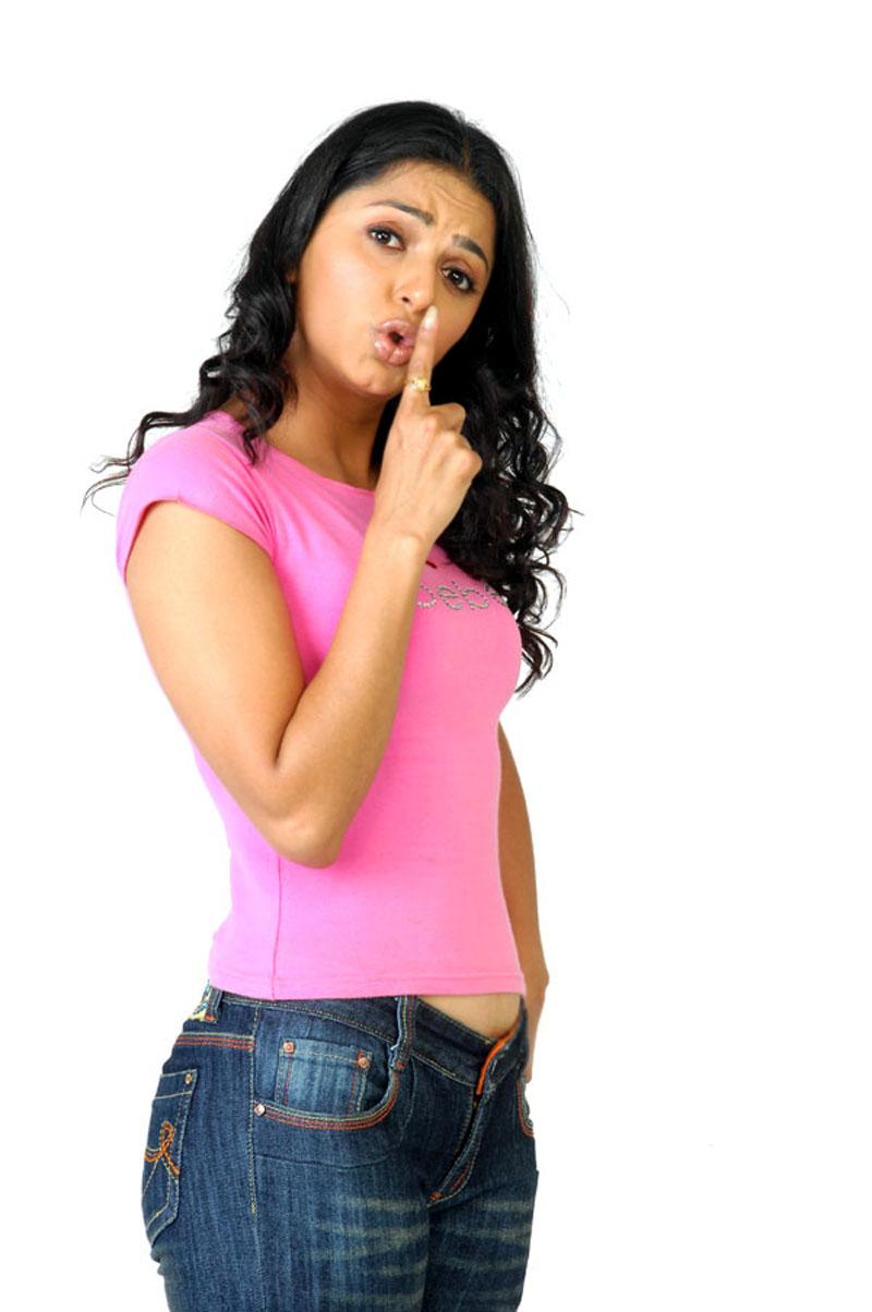 Bhumika-chawla-tight-jeans-3